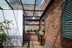 Image 9 of 35 from gallery of Vegan House / Block Architects. Photograph by Quang Tran Mini Clubman, Luz Natural, Outdoor Spaces, Outdoor Living, House Painting Cost, Interior And Exterior Angles, Vietnam, Painting Shutters, Low Cost Housing