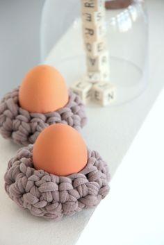 Eierbecher häkeln, Mini-Osterkörbchen, Ostereier, gehäkelte Eierbecher, Eierwärmer, Mini-Pudelmützen, Dekoration für Ostern, knobz, Häkelanleitung