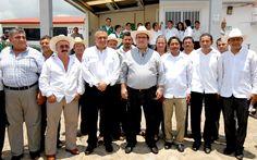 El gobernador Javier Duarte de Ochoa y el director general de Liconsa, Héctor Pablo Ramírez Puga, pusieron en operaciones el Centro de Acopio de Leche Fresca en el municipio de Isla, que dejará un flujo mensual de dos millones de pesos en beneficio de los productores lecheros.