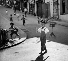 Fan Ho's Fantastic Black-and-White Street Photographs of Hong Kong - Phot. - Fan Ho's Fantastic Black-and-White Street Photographs of Hong Kong – Photographer Ho Fan - Fan Ho, Hong Kong, City Photography, Vintage Photography, Abstract Photography, Landscape Photography, Better Photography, Photography Magazine, Iphone Photography