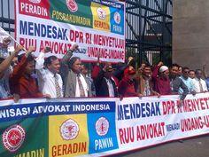 Forum Organisasi Advokat Indonesia yang terdiri atas Peradin, Geradin, Pawin dan Posbakumadin melakukan demo di Gedung DPR RI terkait RUU Advokat.