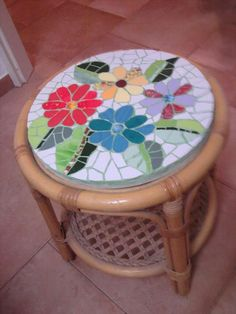 Mosaic Flowers table Mosaic Stepping Stones, Stone Mosaic, Mosaic Glass, Table Mosaic, Mosaic Tray, Mosaic Tile Designs, Mosaic Tiles, Mosaics, Mosaic Crafts