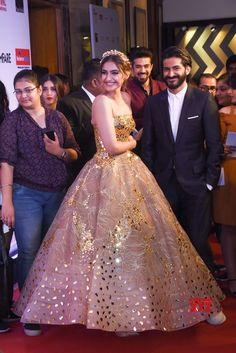 "Mumbai: Celebs at ""Filmfare Glamour & Style Awards - Social News XYZ Wedding Reception Gowns, Indian Wedding Gowns, Indian Gowns Dresses, Indian Bridal Fashion, Pakistani Bridal Dresses, Bridal Gowns, Engagement Dress For Bride, Engagement Gowns, Velvet Dress Designs"