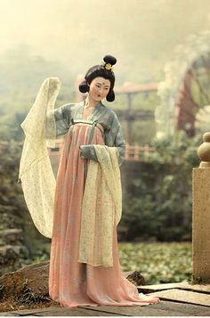 """magiworld: """"ziseviolet: """"Portraits of women styled as Tang Dynasty beauties by 潤熙陳 """" These are recreations of medieval Chinese court ladies dresses as seen in paintings. Oriental Fashion, Asian Fashion, Chinese Fashion, Historical Costume, Historical Clothing, Geisha, Shanghai Girls, Dynasty Clothing, China Art"""
