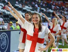 Sejumlah pemandu sorak memberi dukungan kepada timnas Inggris sebelum laga pertandingan Inggris melawan Prancis dimulai.