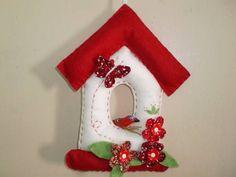 enfeite de porta casinha em feltro vermelha bem vindo, com passarinho