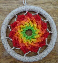Mandalas Olho de Deus: Mandala em Espiral String Crafts, String Art, Yarn Crafts, Diy And Crafts, Arts And Crafts, Dream Catcher Mandala, Dream Catcher Art, Kumihimo Bracelet, God's Eye Craft