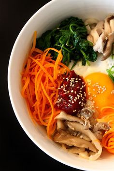 BIBIMBAP can't have too many bibimbap recipes! Asian Recipes, Healthy Recipes, Healthy Food, Superfood, Cooking Cookies, Korean Food, Nutritious Meals, Food Presentation, Tasty Dishes