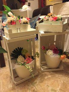 Arreglos florales con cajas de frutas .