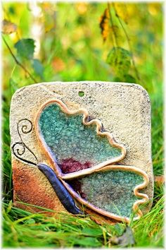 Motýl+Kachle+na+pověšení+ze+šamotové+hlíny,+zdobená+tavným+sklem.+Rozměr+cca+18x18+cm.