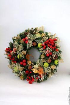 Купить или заказать Венок рождественский в интернет-магазине на Ярмарке Мастеров. Рождественский венок ручной работы. Венок изготовлен из качественной искусственной хвои и украшен новогодним декором. Венок можно подвесить на дверь либо использовать в качестве рождественской настольной композиции, украсив центр венка свечами.