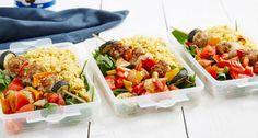 Du hast Bock auf Kebab mit gegrilltem Gemüse? Mit diesem Rezept kommst du voll auf deine Kosten und es erleichtert dir das Vorkochen ungemein. Worauf wartest du also? Vorbereitung: 10 Minuten Koch-/Backzeit: 15-20 Minuten Fertig in: 25-30 Minuten Die Zutaten (für 3 Boxen) – 225g Hackfleisch, fettreduziert – 1 Ei – 225g Reis, gekocht – …