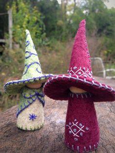 Fait à la main avec de la laine mélange de feutre et fils de coton, chapeaux est farcis avec du coton et fixé avec de la colle. Ces sorcières sont seulement 3,5 haut, ont été à la fois faites avec beaucoup de soin et d'amour