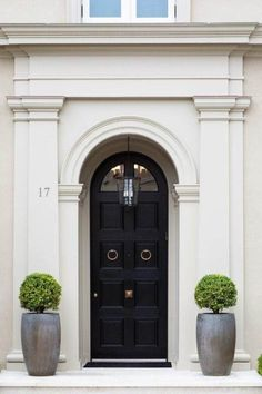 Elegantly classic is this London townhouse entrance. A definite dream house for anyone London Townhouse, Door Design, Exterior Design, Front Door Planters, Tall Planters, Black Front Doors, Arched Front Door, Front Entry, Entrance Doors