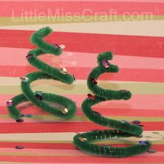 Spiral Christmas Tree - made with pipe cleaners and sequins! DIY Tutorial: http://www.littlemisscraft.com/Spiral_Christmas_Tree-108_1