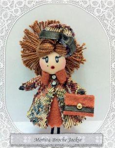 Broche de muñeca con abrigo