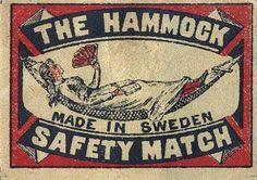 Sind diese alten schwedischen Streichholzschachteln nicht schön? Da das Patent für Sicherheitsstreichhölzer, bei denen das zündende Phosphor in die Reibfläche verlagert wurde, in schwedischer Hand …