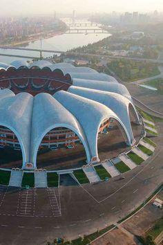 Estadio Reungrado Primero de Mayo es el estadio de fútbol más grande del mundo. Está ubicado en la ciudad de Pionyang, #CoreaDelNorte. Tiene 25 años y jugar ante la Selección de Corea es de lo más complejo. Capacidad: 150.000