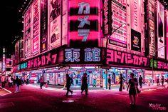 Deslumbrantes fotografías de la ciudad nipona donde las calles son cubiertas con la luz rosa de los letreros de neón que cubren la mayor parte de los edificios.