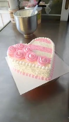 Birthday cake for girlfriend – Interfasion Cake Decorating Designs, Creative Cake Decorating, Cake Decorating Techniques, Creative Cakes, Take The Cake, Love Cake, Strawberry Banana Cheesecake Salad, Heart Birthday Cake, Cakes Without Fondant