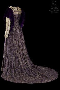 Mme de Coislin | CNCS  Danièle Davyl  Descriptif costume:  Robe de style Renaissance. Dessus de robe en brocard violet et or garni de perles ; sous jupe en lame vieil argent et perles. Guimpe. Drapé en velours violet aux manches.