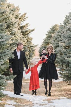 The Peterson Family Christmas Pictures Outfits, Family Christmas Pictures, Family Holiday, Xmas Pics, Christmas Photos, Outdoor Family Photography, Outdoor Family Photos, Family Photo Outfits, Picture Outfits