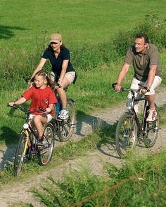 Das Sauerland mit dem Mountainbike erkunden. Das spezielle MTB-Netz in #Willingen überzeugt mit kindgerechten Strecken und Trails, die der ganzen Familie Spaß machen. Dabei können die Strecken individuell gewählt werden - und ist eine Runde mal zu schwer, schlagen Eltern und Kinder mit dem Fahrrad einfach eine andere Route ein. Kleine Tiersymbole und Farbmarkierungen weisen den Weg und zeigen den Schwierigkeitsgrad der Strecke an - leicht, mittel oder schwer. | Foto: willingen.de