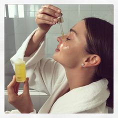 Miranda Kerr's Overnight Pimple Treatment Is So Easy - Acne Treatment Overnight Pimple Treatment, Pimples Overnight, Skin Care Regimen, Skin Care Tips, Back Acne Treatment, Acne Treatments, Bath Body Works, How To Get Rid Of Acne, Acne Remedies
