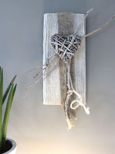 WD59 - Wanddeko aus altem Holz! Geb�rstet und gebeizt, dekoriert mit Filzb�nder, Zweig und einem geflochtenem Holzherz! Preis 29,90%u20AC