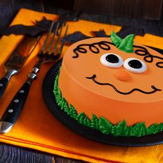 Celebrate fall with a seasonally designed DAIRY QUEEN Cake! Get creative and… - Halloween Cake Halloween Desserts, Bolo Halloween, Halloween Cupcakes, Fall Desserts, Easy Halloween Cakes, Halloween Cake Decorations, Halloween Treats, Dairy Queen Cake, Halloween Backen