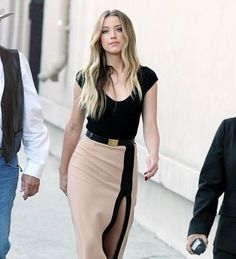Best Dressed of The Week: Amber Heard Shows Off Some Leg! We are lovin' Amber Heard in her super-sexy slit this week! Check out why she made our best dressed!