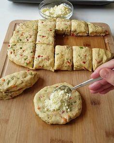 Hayırlı geceler ☺ Çok kısa sürede hazırlayabileceğiniz mayasız renkli mi renkli sebzeli peynirli poğaçalarımla geldim  Bu tarif gerçekten harika oldu  Her zaman sade ya da dereotlu olatak yapıyordum zaten bu kez renkli biberler ve havuç ekledim farklı olarak  Çayınızın yanına eşlik edecek farklı ... Bread Recipes, Cookie Recipes, Snack Recipes, Snacks, No Gluten Diet, Turkish Kitchen, Turkish Recipes, How To Eat Less, Bakery
