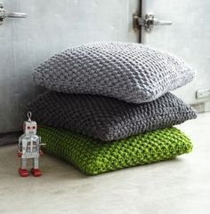 coussins Knitted Cushion Pattern, Knitted Cushions, Pouffe Pattern, Knitting Patterns Free, Knitting Stitches, Knitting Yarn, Free Knitting, Free Pattern, Crochet Home