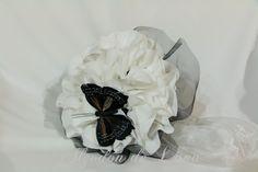 Novias de negro.bouquet blanco con botones de cristal en negro y rodeado de tul también negro, con mariposa de pluma negra.Por siempre jamás a tú lado algodondeluna@gmail.com o 606619349