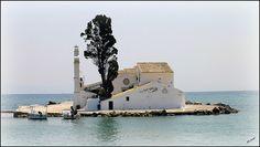 Monasterio de Vlacherna, dedicado a la Virgen María, en la isla griega de Corfú en el mar Jónico.