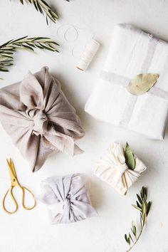 15 Eco-Friendly Gift Wrapping Ideas - Furoshiki method using cloth, linen or sca. 15 Eco-Friendly Gift Wrapping Ideas - Furoshiki method using cloth, linen or scarves for the perfect zero-waste and plas. Wrapping Ideas, Creative Gift Wrapping, Wrapping Gifts, Gift Wrapping Clothes, Gift Wrapping Tutorial, Japanese Gift Wrapping, Japanese Gifts, Gift Wrapping Techniques, Furoshiki Wrapping