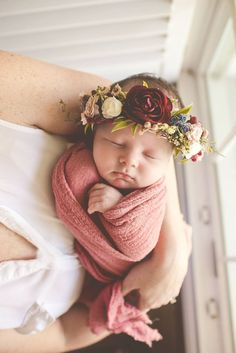 Lifestyle newborn photography  Hailey Martin photography Flower crown IG: lifewithlaurakate Newborn Family Pictures, Baby Girl Photos, Newborn Baby Photos, Newborn Picture Outfits, Newborn Crown, Baby Pictures, Newborn Session, Baby Flower Crown, Flower Crowns