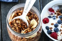 GRANOLA MED SPELT OG CHIAFRØ Muesli, Granola, Breakfast Cereal, Acai Bowl, Food And Drink, Yummy Food, Recipes, Acai Berry Bowl, Delicious Food