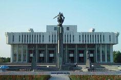 Denize kıyısı olmayan ülkenin komşuları kuzeyde Kazakistan; batıda Özbekistan; güneybatıda Tacikistan ve güneydoğuda Çin Halk Cumhuriyeti'dir.Başkenti olan Bişkek ,ülkenin kuzey sınırında yer alıyor.
