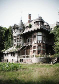Old and creepy Abandon Villa... I love it.