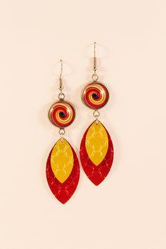Boucles d'oreilles pendantes légères en aluminium et métal argenté - Cabochons multicolores et sequins rouges et jaunes - Nespresso : Boucles d'oreille par cap-and-pap