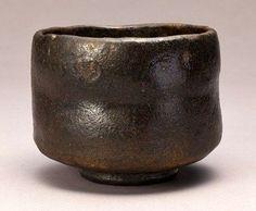 黒楽茶碗No.35 黒楽茶碗 銘「釈迦」 MIHO MUSEUM蔵 紀州徳川家の旧蔵であったという黒楽。中央にくびれが付いている以外では非常に大人しげな印象を受けます。下部の高台に至る急峻な曲線が楽茶碗では珍しい気がします。同じ黒楽の「俊寛」や「禿」と比べてやや印象の薄い感じがしますが、それでもよく作りこまれた感じがします。