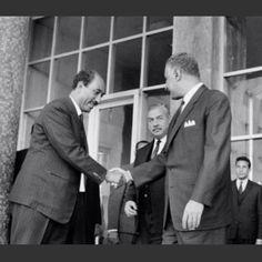 الزعيم جمال عبد الناصر يسلم علي نائبه السيد أنور السادات