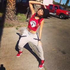 Sweatpants + Red High Tops + Sneakers = Fashion at it's finest Hipster Outfits, Hip Hop Outfits, Tomboy Outfits, Swag Outfits, Dope Outfits, Urban Outfits, Casual Outfits, Zendaya Outfits, Hip Hop Fashion