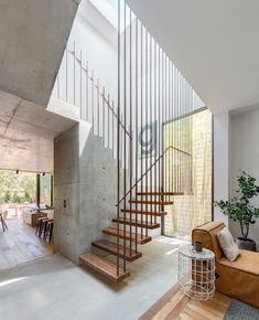 If we talk about the staircase design, it will be very interesting. One of the staircase design which is cool and awesome is a floating staircase. This kind of staircase is a unique staircase because Escalier Design, Staircase Remodel, Staircase Ideas, Wood Staircase, Spiral Staircase, Stair Railing, Glass Extension, Floating Staircase, Modern Stairs