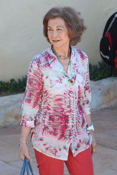 Doña Sofía, la primera en pisar tierra mallorquina #realeza #royalty