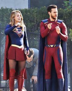 Melissa and Chris on set for Season 3 Finale Supergirl Season, Supergirl Dc, Supergirl And Flash, Melissa Supergirl, Dc Comics, Archie Comics, Kara And Mon El, Black Siren, Melissa Marie Benoist
