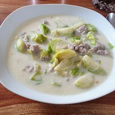 Hackfleisch-Rosenkohl-Suppe von Djangosita | Chefkoch Cheeseburger Chowder, Food And Drink, Low Carb, Soup, Soups And Stews, Cabbage Recipes, Gnocchi Soup, Brussels Sprouts