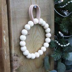 Materialpakke HÅNDKLERING m/ trekuler og skinn. Pearl Necklace, Wreaths, Pearls, Gifts, Jewelry, Home Decor, String Of Pearls, Presents, Jewlery