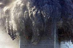 Torre do World Trade Center desaba e cobre a Ilha de Manhattan de poeira e fumaça tóxica. Na manhã do dia 11 de setembro de 2001, dois aviões comerciais foram sequestrados no Aeroporto de Boston por terroristas da Al Qaeda, e instantes depois atingiram intencionalmente as duas torres do maior complexo comercial do planeta